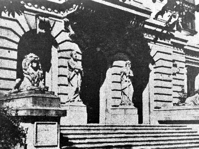 Intrarea monumentală a liceului, cu statuile sfinților Petru și Pavel și cu cei doi lei de piatră